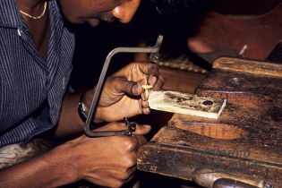 00336 - Goldsmith with simple tools at work - Kandy/Sri Lanka